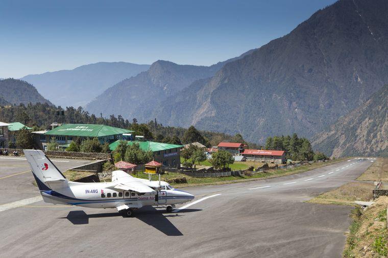 Der Flughafen Lukla in Nepal: Eine kurze Start-und-Lande-Bahn, dahinter ein steiler Abgrund.