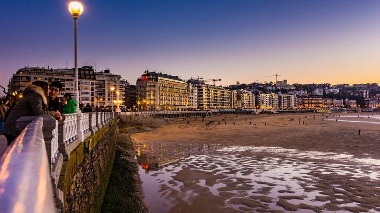 La procesión de la Playa de la Cannes y la playa del mismo nombre en San Sebastián son algunos de los destinos turísticos más populares de España.