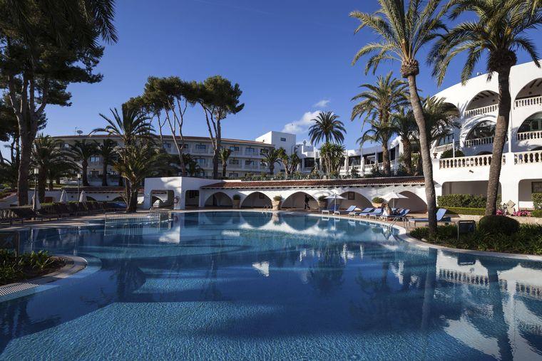 Im Maritim Hotel Galatzó kannst du dich in der weitläufigen Poollandschaft austoben.