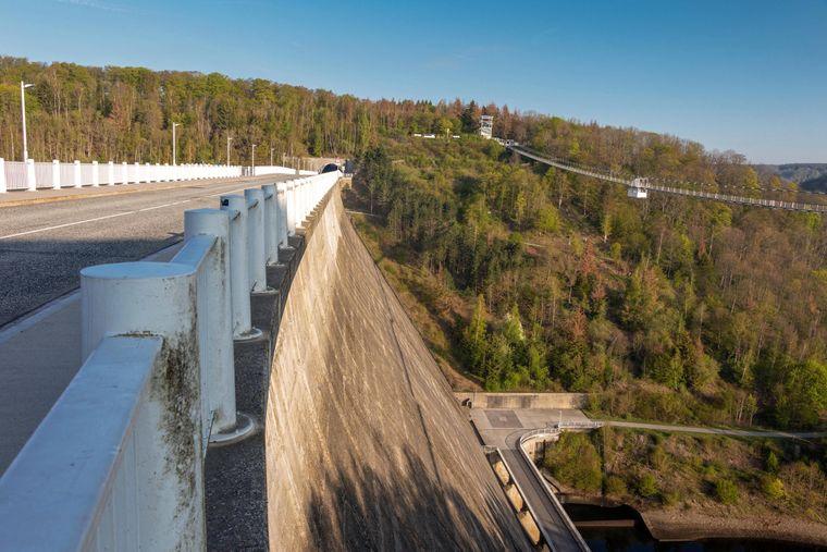Die Rappbode-Talsperre im Harz ist die höchste Talsperre Deutschlands. Hier findest du auch eine der längsten Hängebrücken.