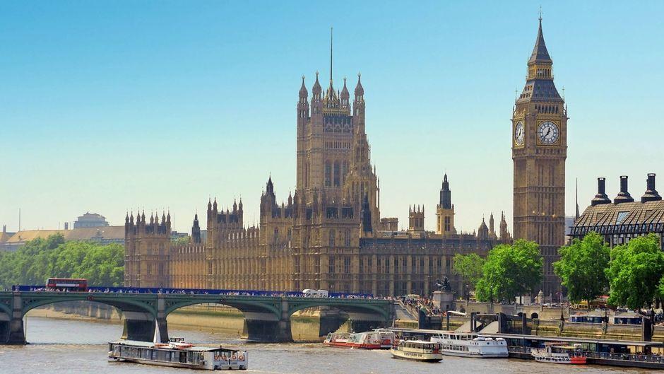Das House of Parliament mit dem Big Ben an der Themse in London, England.