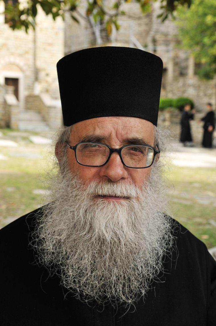 Die Mönche auf dem Berg Athos tragen alle schwarze Kleidung und einen langen Bart.
