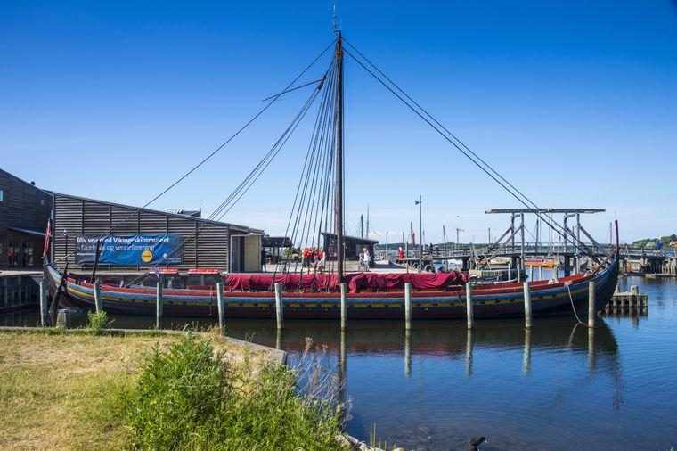 Rekonstruiertes Wikingerschiff im Außenbereich des Wikingerschiff-Museums in Roskilde, Dänemark.