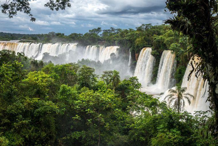 Die Iguazú-Wasserfälle befinden sich an der Grenze zwischen Brasilien und Argentinien – wahnsinnig beeindruckend, oder? Das Naturwunder ist nicht das einzige in diesem Land, hier finden Touristen auch Gletscherseen, Teile der Anden und die Pampas.