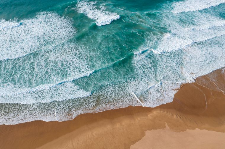 Die Algarve ist geprägt von der rauen Küstenlandschaft, die im türkisblauen Meer endet.