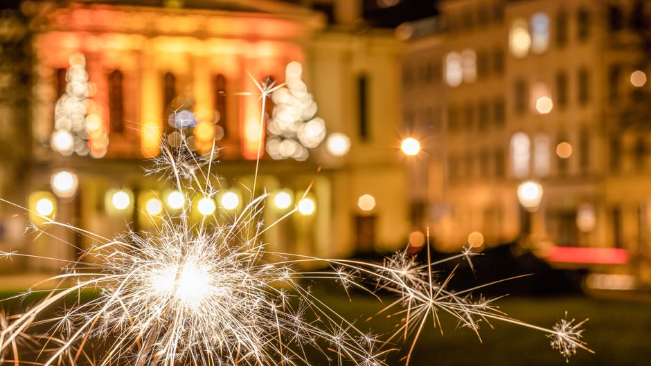 Silvester in Corona-Zeiten ist eine neue Erfahrung. (Symbolbild) rkerze Wunderkerzen gehören traditionell bei jedem Silvester-Abend dazu. Sie begeistern jung und alt und ergeben ein tolles Bild. Zum Jahreswechsel 2020 / 2021 ist mit wenig Feuerwerk zu rechnen, die Wunderkerze wird jedoch dennoch in vielen Haushalten zu finden sein. *** Local Caption *** Im Bild: Eine brennende Wunderkerze hat eine ganz besondere Wirkung auf Jung und Alt. Görlitz Sachsen Deutschland *** Goerlitz, burning sparkler Sparklers belong traditionally to every New Years Eve They inspire young and old and make a great picture At the turn of the year 2020 2021 is to be expected with few fireworks, but the sparkler will still be found in many households Local Caption In the picture A burning sparkler has a Copyright: xLausitzNews.de/ThomasxHurnyx imago images/lausitznews.de