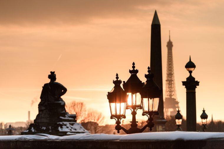 Schnee in Paris mit Blick auf den Eiffelturm.