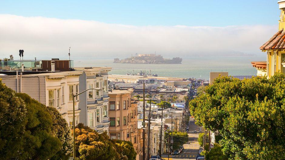 Alcatraz verschwimmt im Nebel: Blick von den Hügel auf die San Francisco Bay.