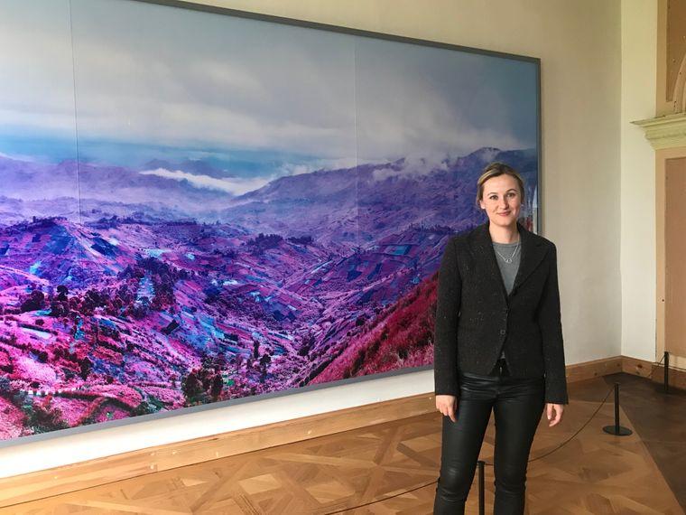 """Zu den Bildern die Schloss-Kummerow-Geschäftsführerin Aileen Kunert den Besuchern präsentieren kann, gehört """"Because The Night"""" von Richard Mosse."""