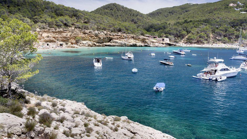Junger Mann reist nach Ibiza trotz Corona. (Symbolbild)