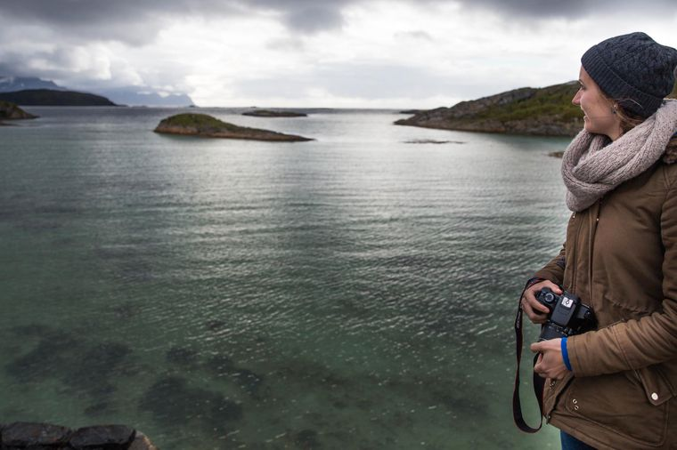 Bucht auf Kvaløya an einem wolkenverhangenen Tag.