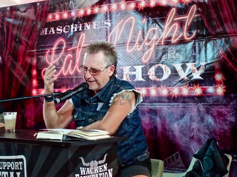 Martin Semmelrogge an Board der Mein Schiff 2: Er liest aus den Memoiren von von Motörhead-Legende Lemmy Kilmister vor.