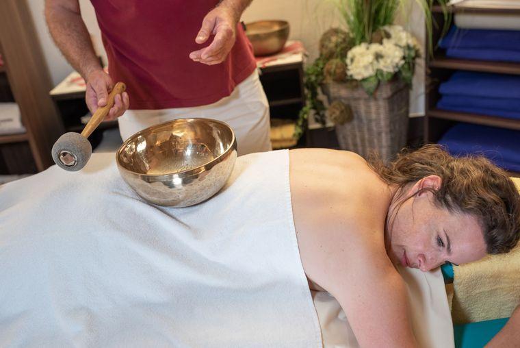 Klangschalen Massage im Spa und Vital Center der Jod-Sole-Therme