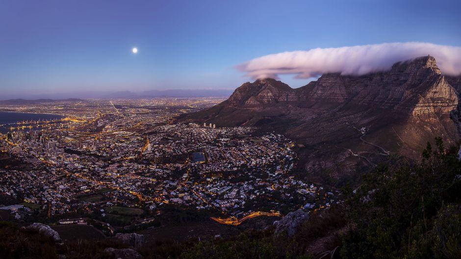 Blick vom Lion's Head: Das Panorama von Kapstadt mit dem Tafelberg und dem Signal Hill.