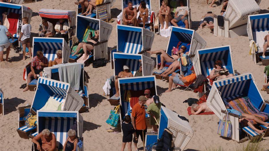 Dicht an dicht liegen Urlauber an einem Strand auf Sylt. Was im Sommer eigentlich Normalfall ist, könnte während der Corona-Pandemie verheerend sein.