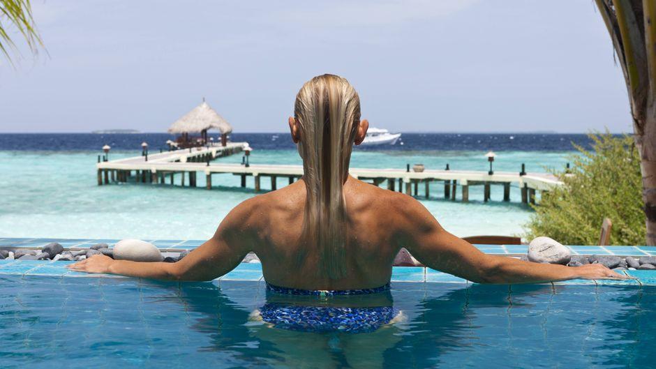Entspannen im Pool, zum Beispiel auf der Insel Eriyadu, soll ab Juli wieder möglich werden. Dann öffnen die Malediven die Grenzen für Urlauber.