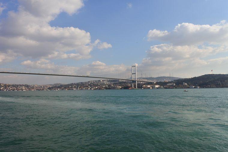 Die Bosporus-Brücke in Istanbul verbindet den europäischen und den asiatischen Teil.