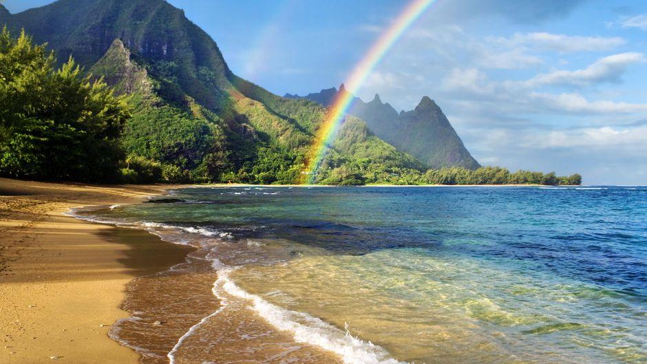 Hawaii ist auch bekannt als Rainbow State, weil du dort viele Regenbögen sehen kannst. Beispielsweise auf Kauai.