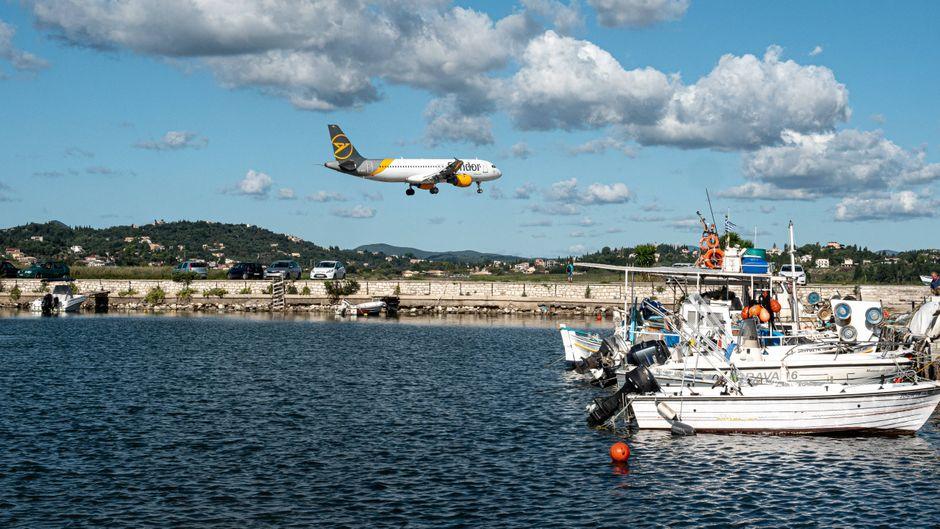 Eine Condor-Maschine landet auf Korfu. Wann ist die beste Reisezeit? Wir verraten es dir.