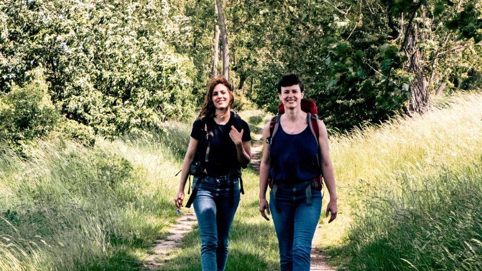 Sina Schwarz (links) und Theresa Wißmann machen einmal pro Monat einen Wanderausflug im Berliner Umland.