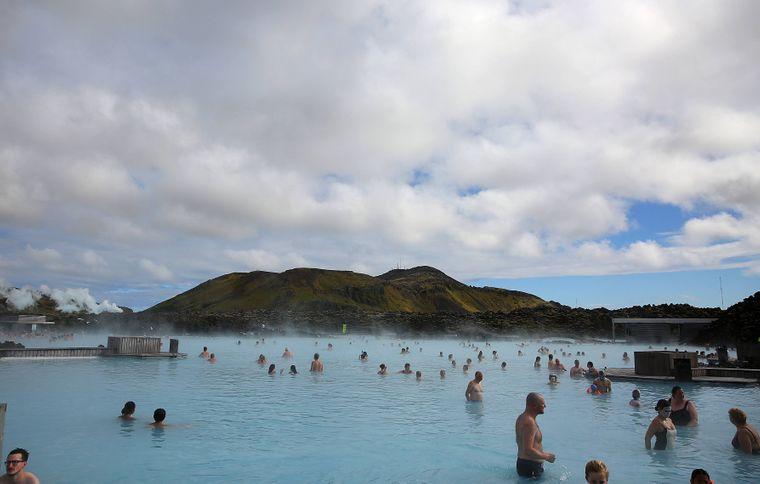 Menschen in der Blauen Lagune in Reykjavík, Island.