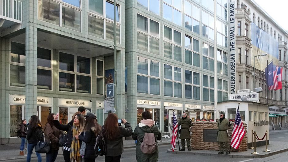 Touristen am ehemaligen Grenzübergang Checkpoint Charlie. Ob sie wissen, dass es sich nicht ums Original handelt?