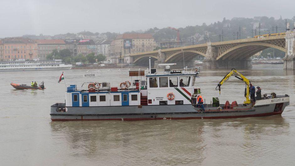 Die Suche nach den 21 Vermissten geht nach dem Donau-Unglück weiter. Auch das Wrack ist noch nicht geborgen.