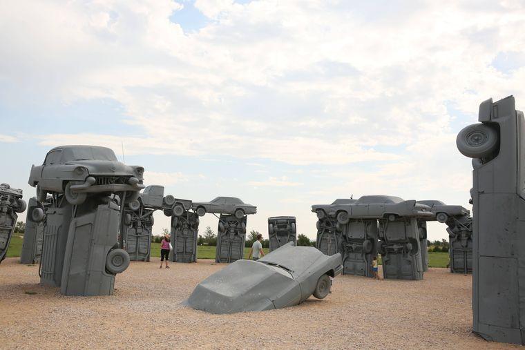 Carhenge steht in Nebraska, eine Nachbildung von Stonehenge aus Großbritannien.