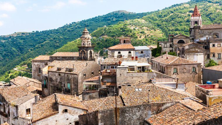 Häuser und Kirchen in Castiglione di Sicilia.