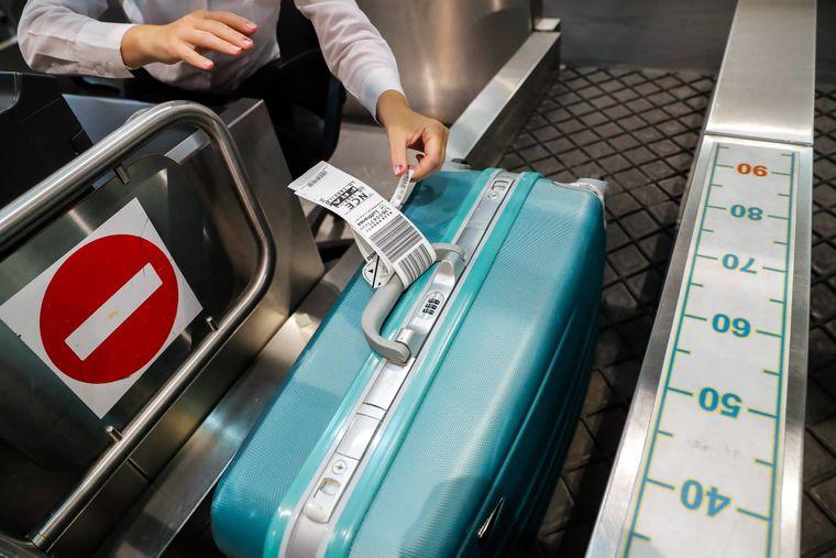 Koffer beim Check-in am Flughafen.