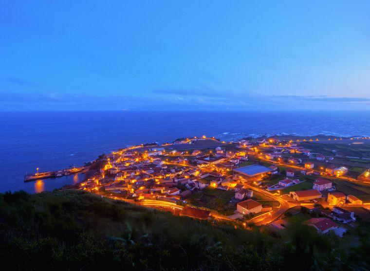 So romantisch leuchtet die Insel Corvo in der Dämmerung.