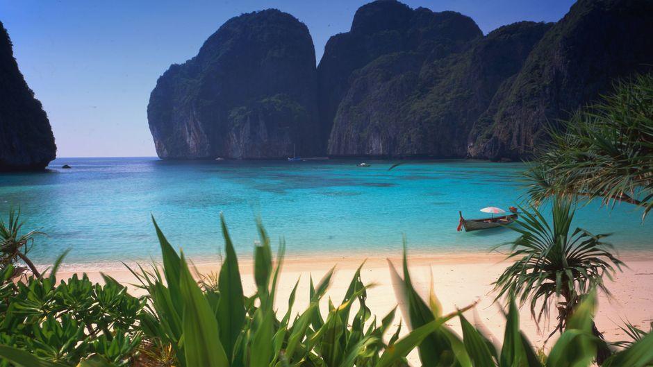 Der Strand der Maya-Bucht auf Ko Phi Phi Leh bleibt weiterhin menschenleer.