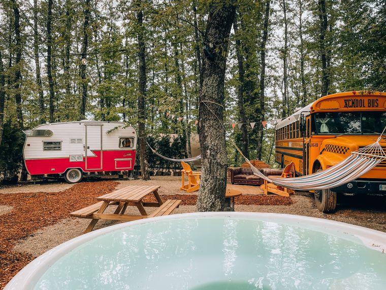 In dem Resort Lago Idro Glamping Boutique am Seeufer des Idrosee sowie im Orlando in Chianti können Reisende in einem echten amerikanischen Schulbus schlafen.