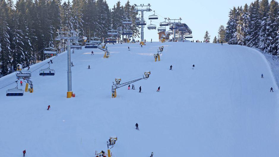 Skifahrer im Skigebiet Poppenberg im Sauerland – ein Archivbild, denn in diesem Jahr wird niemand mehr auf den Pisten in NRW unterwegs sein.