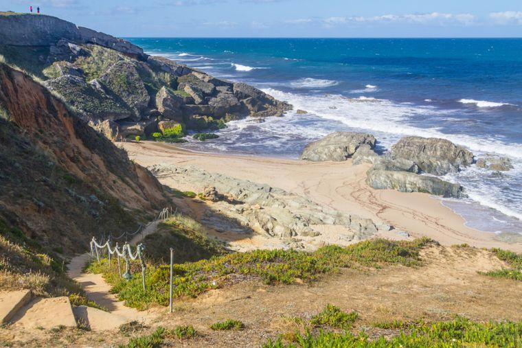 Blick von den Felsen hinunter auf die Praia da Ilha do Pessegueiro.