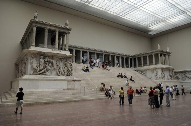 Besucher am Pergamonaltar im Pergamonmuseum in Berlin.