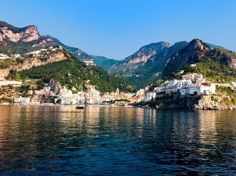 Blick auf die Amalfiküste in Italien vom Kreuzfahrtschiff aus.