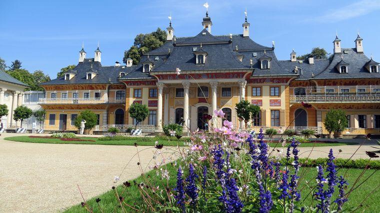 Auf dem einstigen Rittergut Pillnitz ließ Sachsen-Fürst August der Starke von 1720 bis 1724 eine Schlossanlage im chinesischen Stil bauen – zu dieser Zeit einzigartig in Europa.