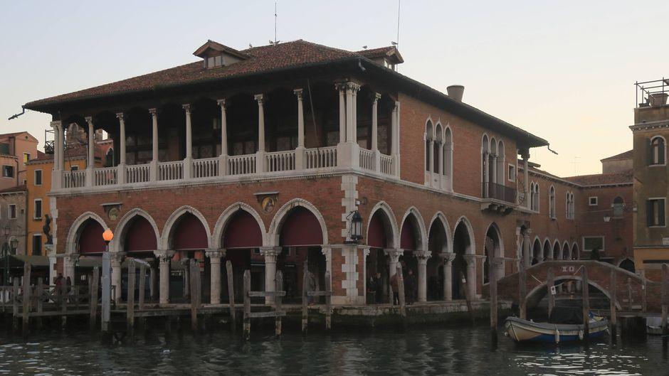 Unter dem Dach des neugotischen Baus am Canal Grande wird täglich der Fischmarkt aufgebaut.