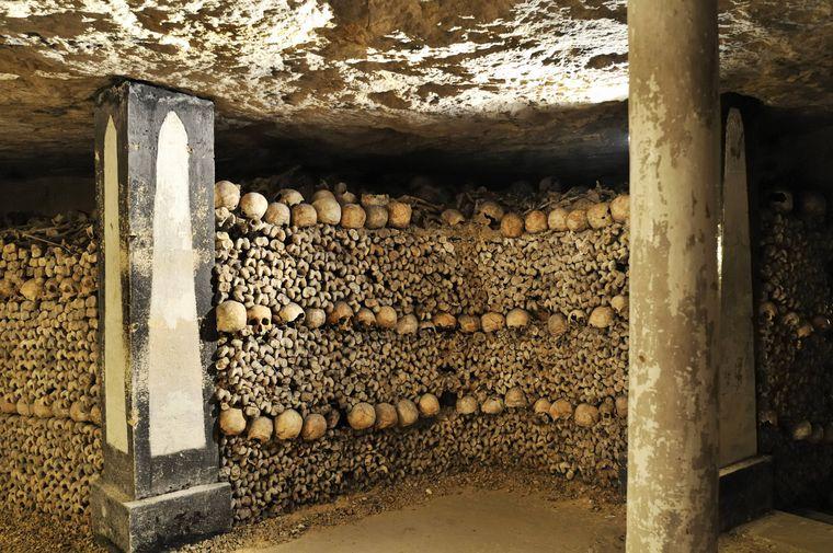 Schädel und Knochen sind in den Katakomben von Paris aufgetürmt.