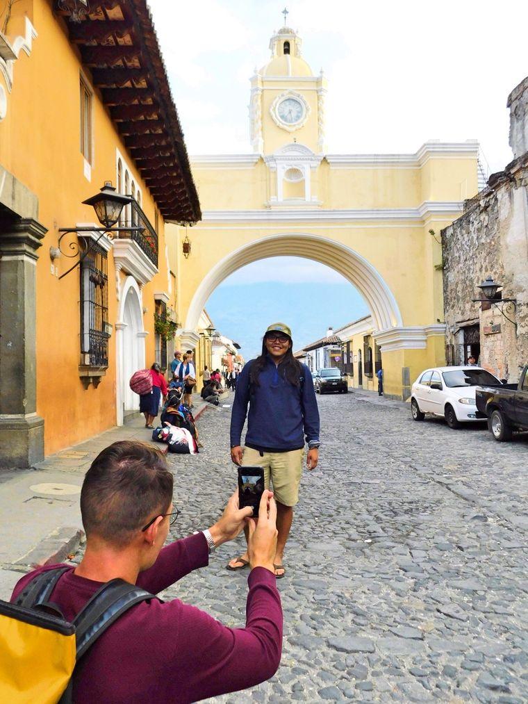 Gabryl posiert vor Antiguas berühmtestem Torbogen.