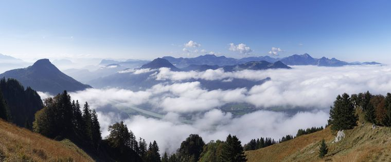 Eine weite Landschaft, hohe Gebirge und ein hellblauer Himmel: Der Ausblick, den der Heuberg bei Nussdorf am Inn bietet, spricht für sich.
