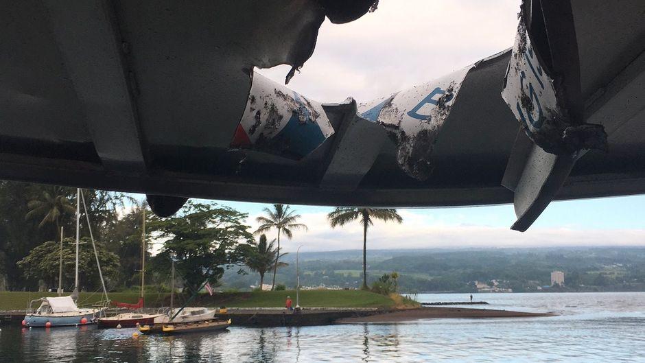 Die Asche des Vulkans regnete auf das Dach des Ausflugsbootes nieder – ein Gesteinsbrocken schlug in das Dach ein.