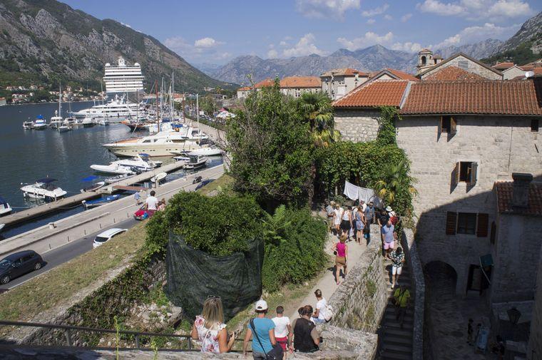 Um sich die Altstadt anzuschauen, kommen vor allem im Sommer auch Kreuzfahrttouristen nach Kotor.