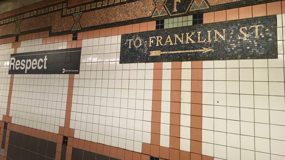 Die Haltestelle Franklin Street in New York hat ein neues Schild als Tribut an Aretha Franklin.