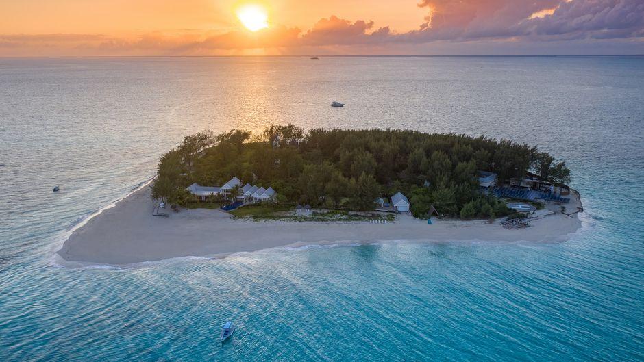 Ein Schatz im türkisblauen Indischen Ozean: die Privatinsel Thanda Island von oben.