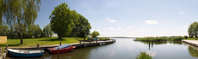 Usedom hat nicht nur Strand und Meer. Die vielen Seen kannst du mit dem Boot erkunden.
