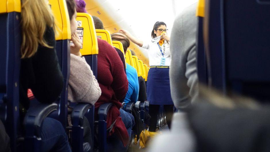 Flugbegleiterin gibt Sicherheitsanweisungen auf einem Ryanair-Flug.