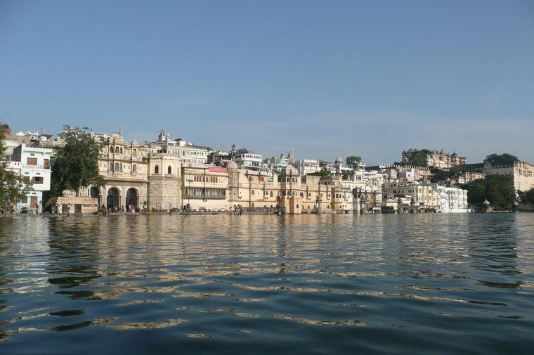 Blick über das Ufer in der Stadt Udaipur.