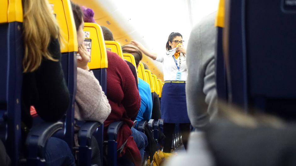 Flugbegleiterin der Billig-Airline Ryanair bei der Sicherheitseinweisung vor dem Abflug am Flughafen Berlin-Schönefeld.